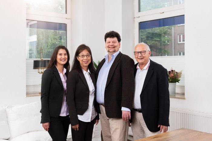 Gutzki Immobilien, Gruppenfoto von Familie Gutzki im Büro ihrer Hausverwaltung