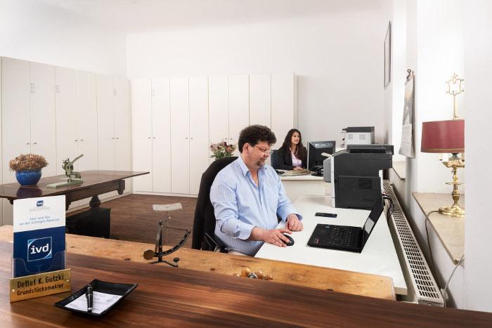 Ralf und Jacqueline Gutzki arbeiten im Büro