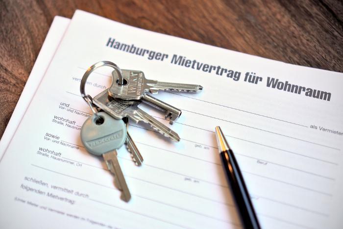 Hamburger Mietvertrag mit Schlüssel und Kugelschreiber